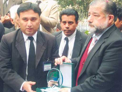 awarded-shield-to-waheed